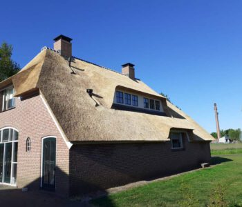 Rieten dak isoleren en dakkapellen plaatsen woonboerderij Heerde