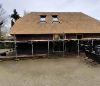 Nieuwe rieten dak aangebracht op schuur in Heerde